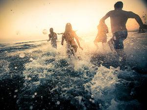 is_151007_teens_water_sun_ocean_800x600